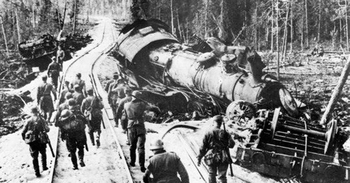 партизаны пустили под откос немецкий паровоз