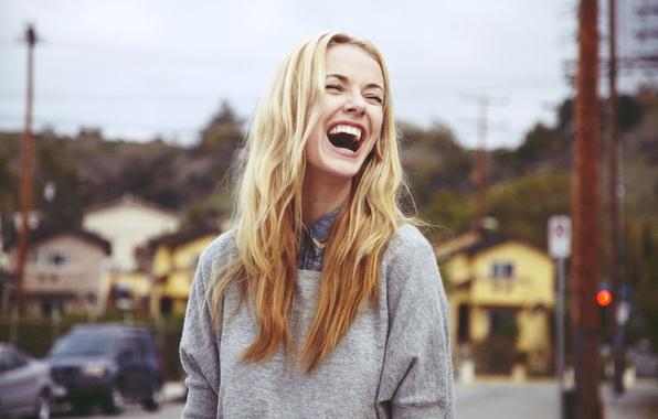 devushka-blondinka-smekh-emotsii