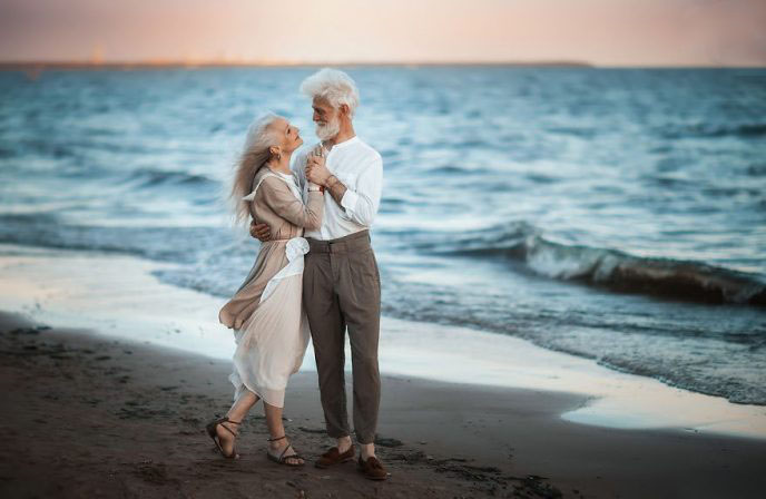 russian-photographer-makes-wonderful-photos-with-an-elderly-couple-showing-that-love-transcends-time-5971041437838-png__880-688x448
