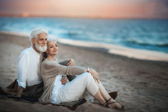 russian-photographer-makes-wonderful-photos-with-an-elderly-couple-showing-that-love-transcends-time-59710496226e4__880-688x459