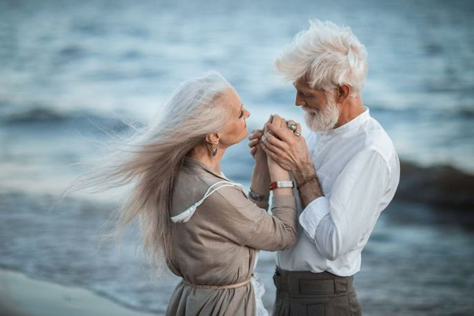 russian-photographer-makes-wonderful-photos-with-an-elderly-couple-showing-that-love-transcends-time-597104c3e5d64__880-688x459